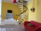 Primo piano soggiorno con divano letto singolo