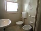 Vista bagno finestrato con box doccia